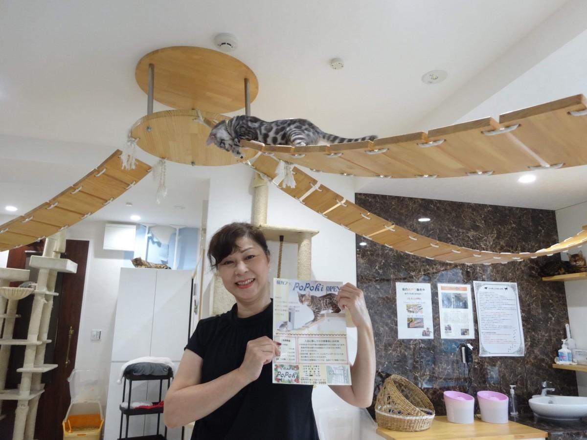 代表の後藤明美さんとベンガル猫のナル君