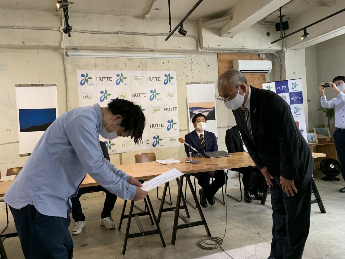 田中秀俊町長から今西正新支所長に委嘱状が渡された