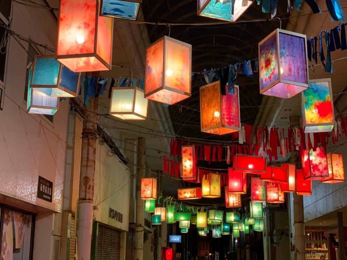 夜の油津商店街を照らすランタン