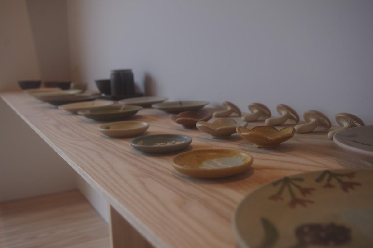 陶芸家作品を並べる店内