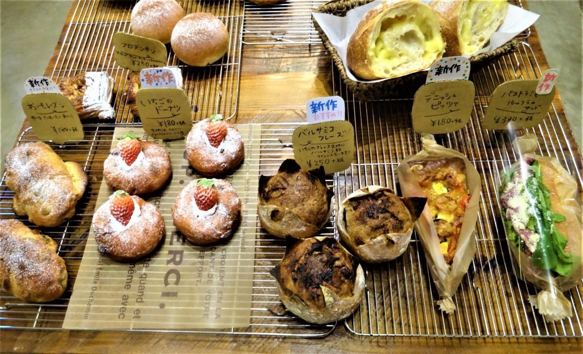 新作5種、(画像左から)おいもレーズン、いちごのドーナツ、バルサミコフレーズ、デニッシュピッツア、パストラミとルッコラのサンド
