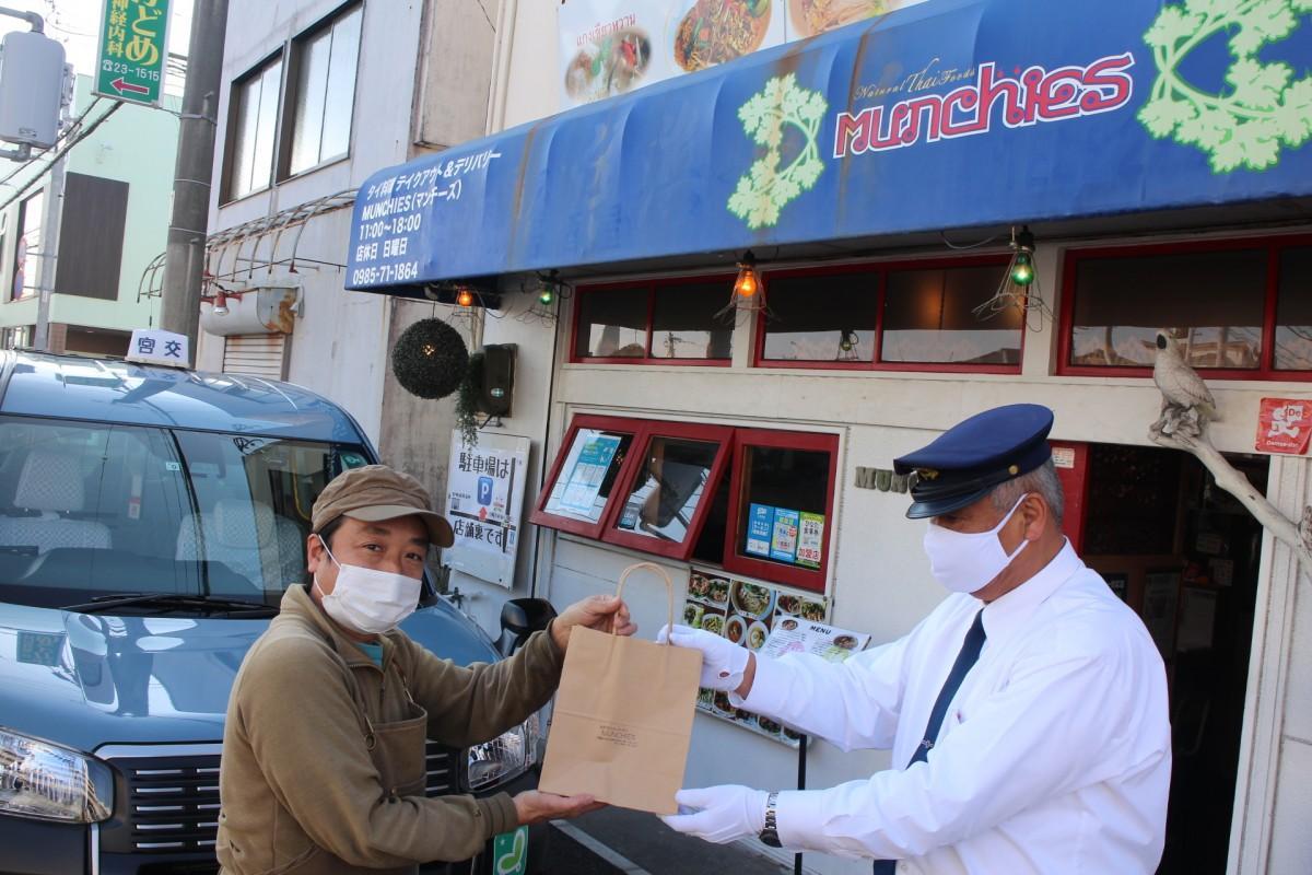 MUNCHIES(マンチーズ)の店主・高尾知明さんと宮交タクシーのドライバー