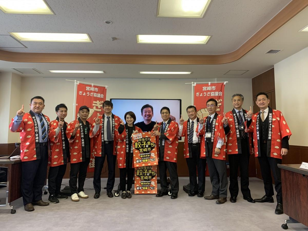 オンラインで参加した焼き餃子協会代表の小野寺さんを囲み、宮崎市長、同協議会のメンバーたちで購入頻度1位を祝う