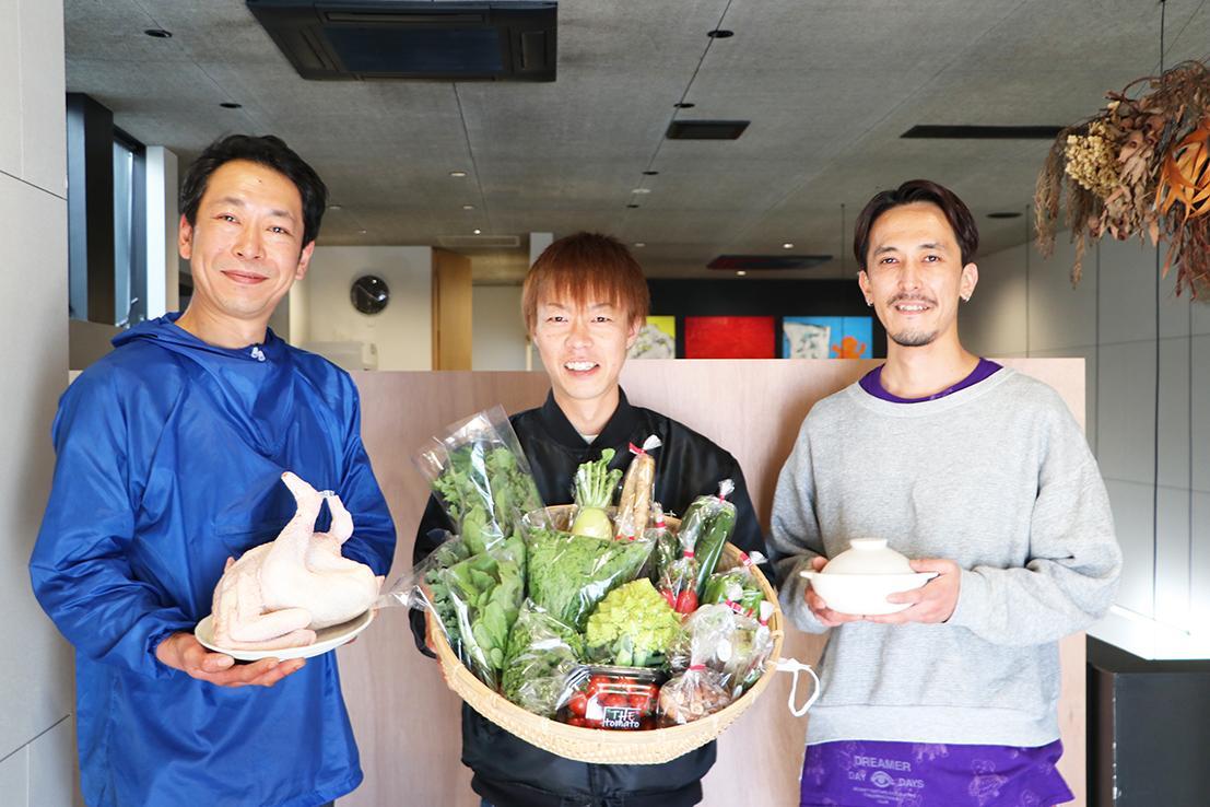 (画像左から)石坂村地鶏牧場の下山敬太さん、はじめ(一)青果店の中間一聡さん、粋仙の黒木伸行さ ん