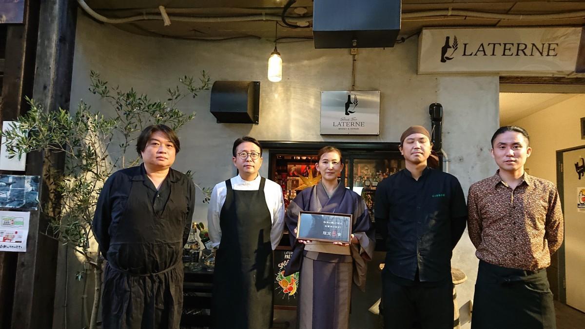 (画像左から)店の前に立つ小倉さん、桑原さん、山本さん、林さん、平岡さん