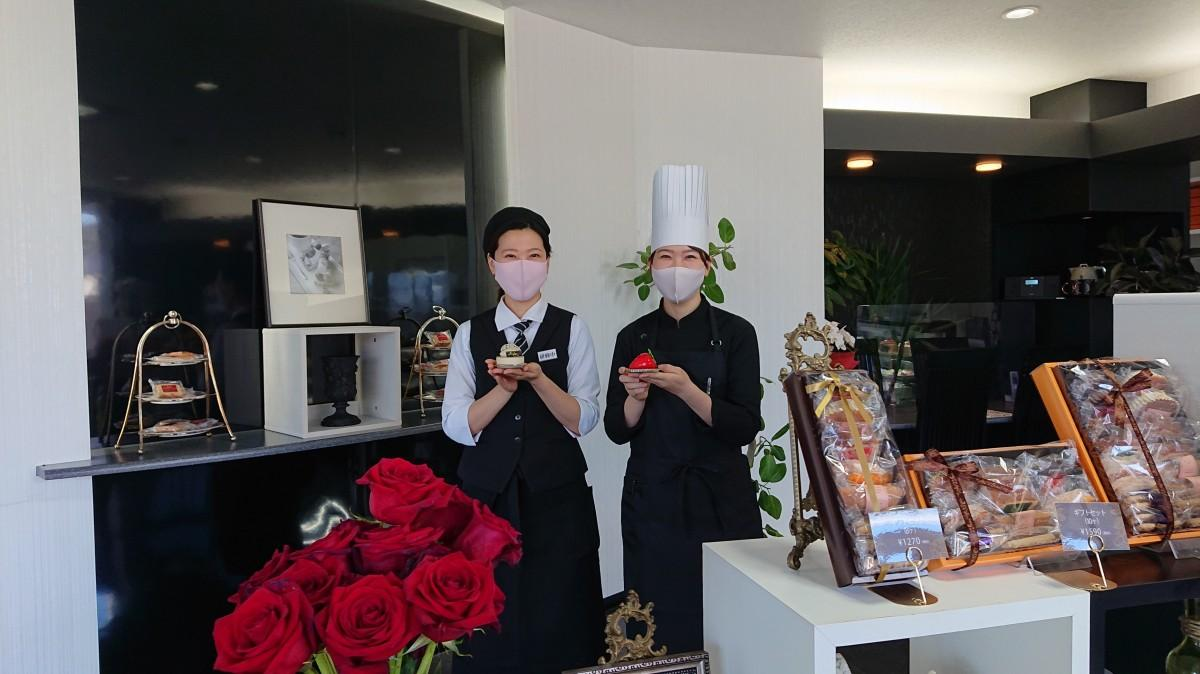 左からスタッフの坂元愛さん、坂元彩店長