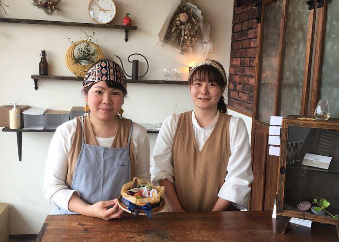 左から店主の河野亜矢子さん、スタッフの伊地知菜採さん
