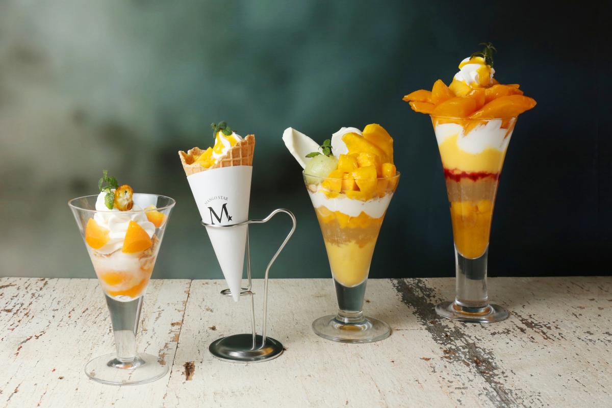 (右から)宮崎プレミアムマンゴーパフェ、宮崎完熟マンゴーパフェ、ミルクソフトクリームマンゴートッピング、ミニマンゴーパフェ