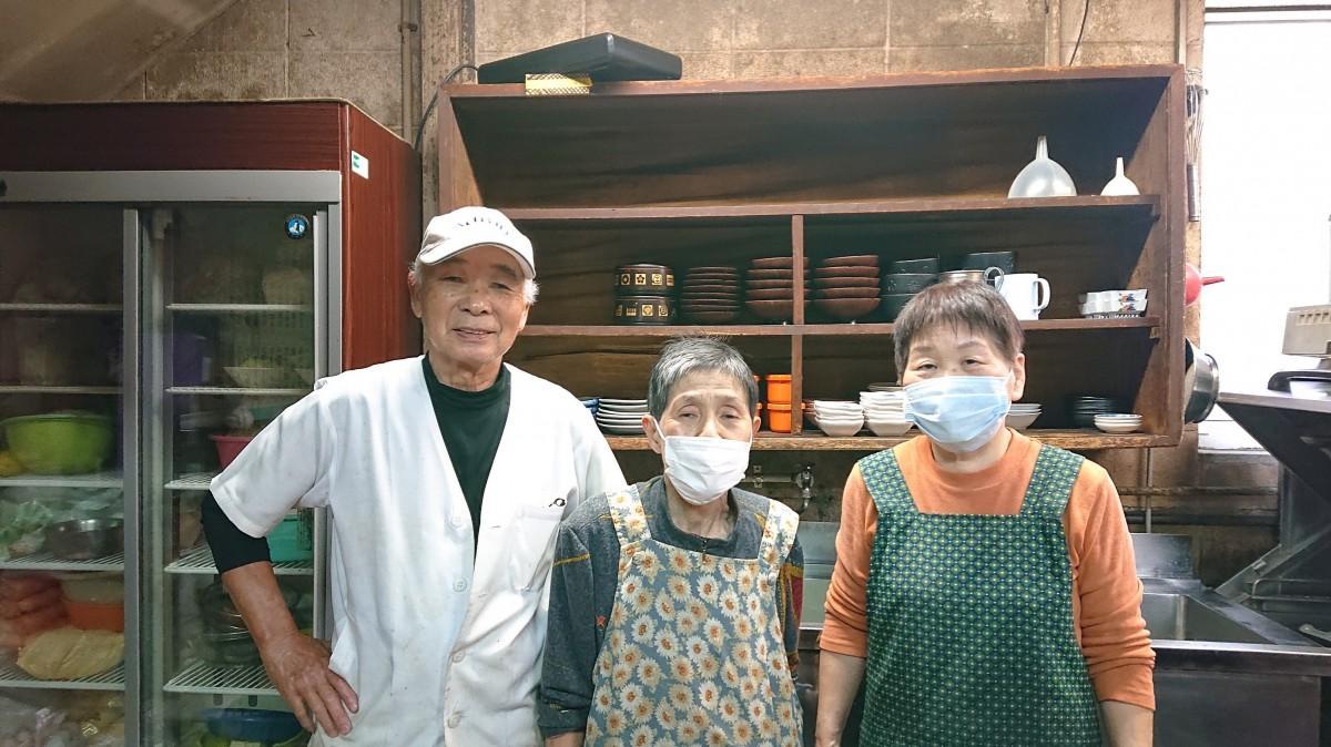 左から井手上孝和さん、井手上マチ子さん、従業員の坂本良子さん