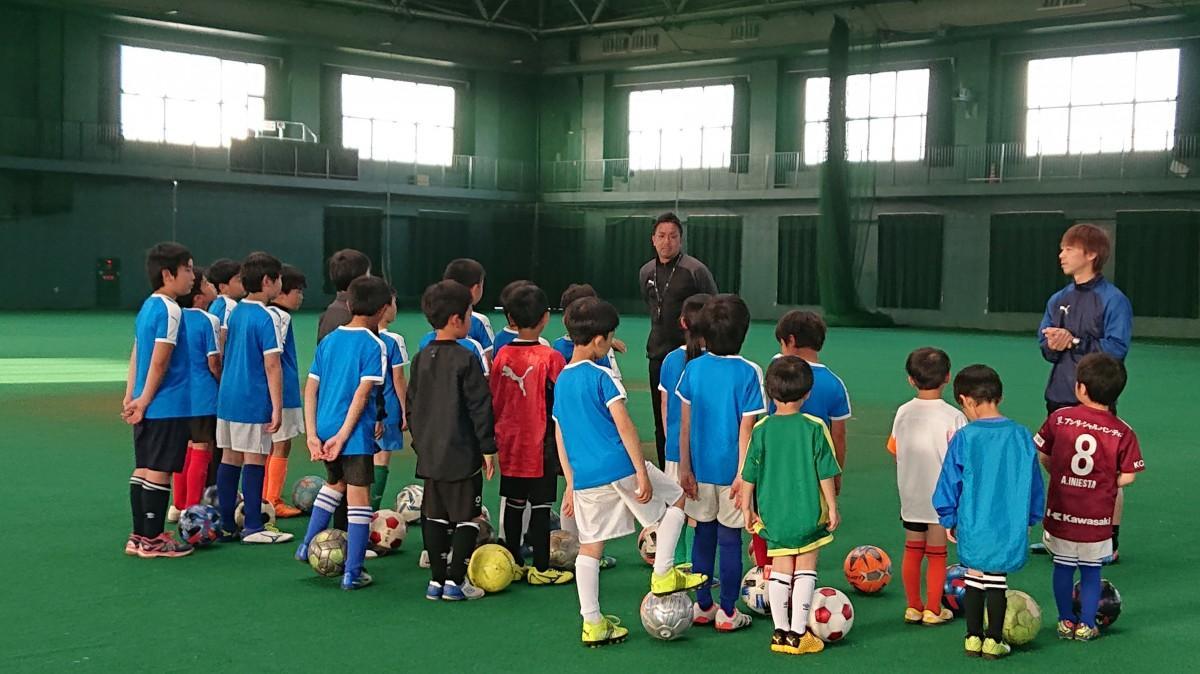開講前に集まる左から長友耕一郎さんとコーチの中間一聡さん