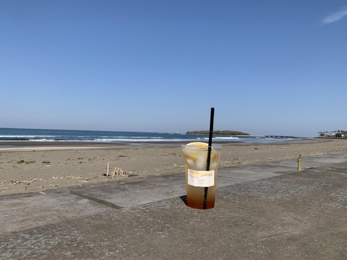 晴れた青島ビーチに映えるデザインを意識したという