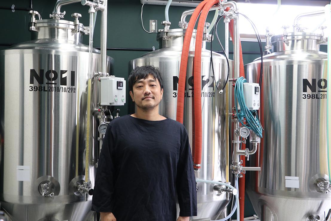 「ピクニートカープロジェクト」に取り組む、後藤修さん。返礼品の一つであるクラフトビールの仕込み作業中