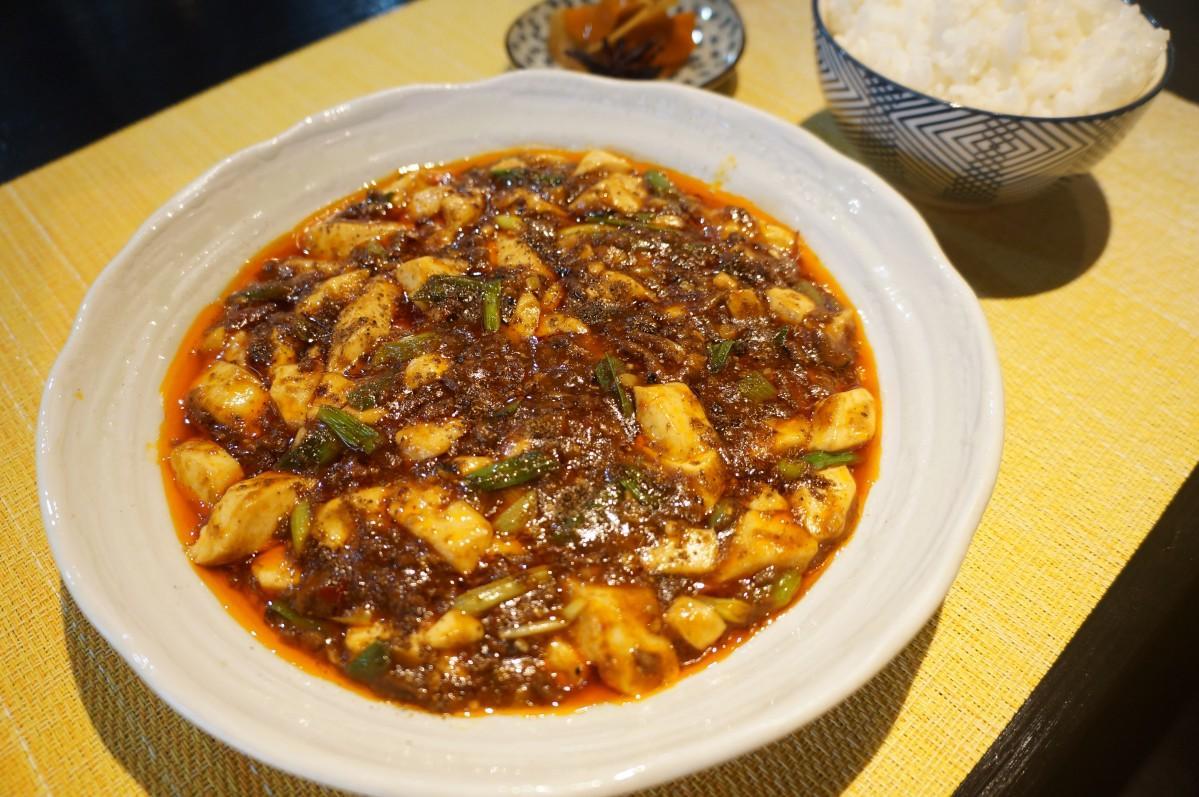 唐辛子や山椒などのスパイスが香り立つ四川式麻婆豆腐セット(1,000円)