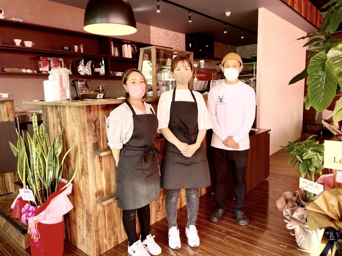 左から店長の横尾優子さん、スタッフの野上田理沙さんと店主の福元貴文さん