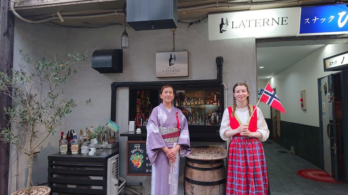 (画像左から)山本津也子さんと国旗を持つ齊藤カタリーナさん