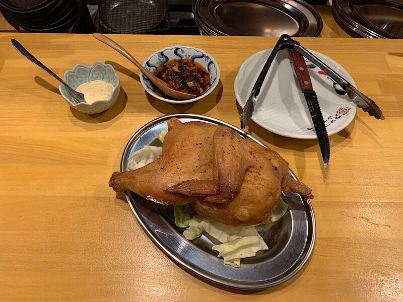「鶏半身の唐揚げ」。つけだれはニララー油とタルタルソース、ほかに塩コショウも用意する