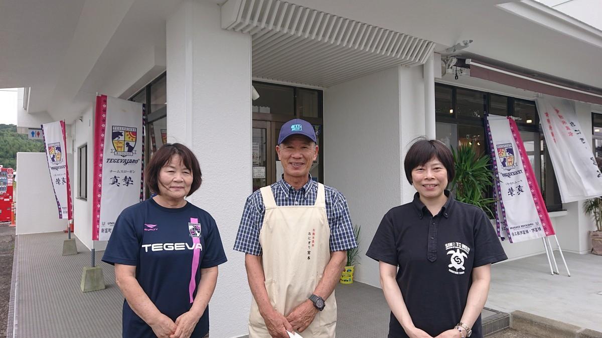(画像左から)井崎美恵子さん、宮本恒一郎さん、新富町役場産業振興課課長補佐の川野尊世さん