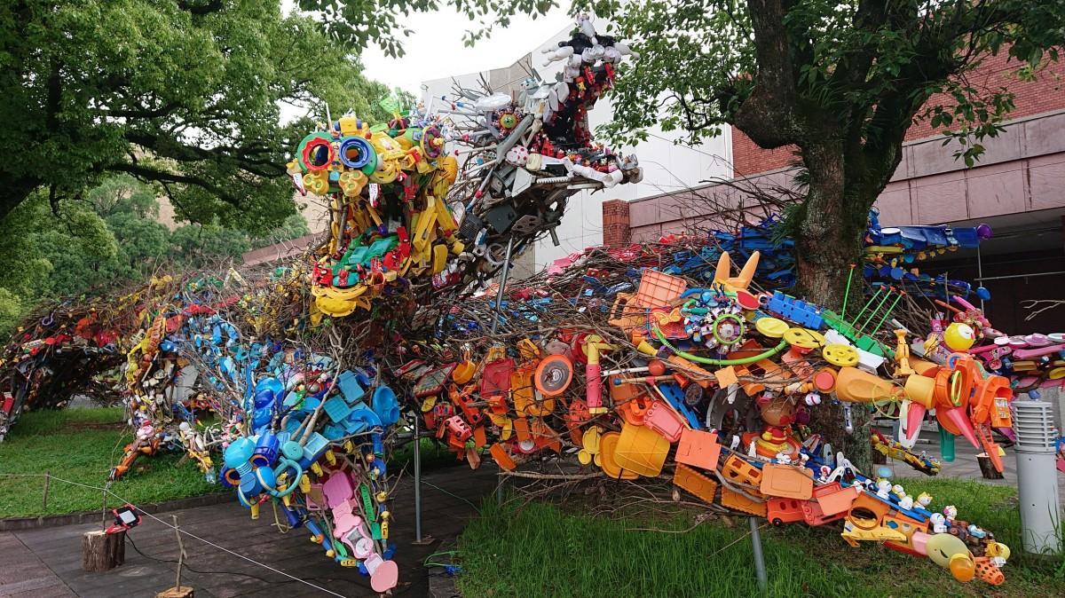 様々ないらないおもちゃが使われる龍の頭部