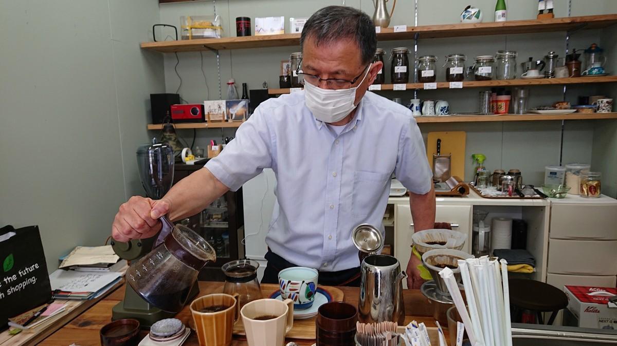 コーヒーをいれる松山慶一郎さん
