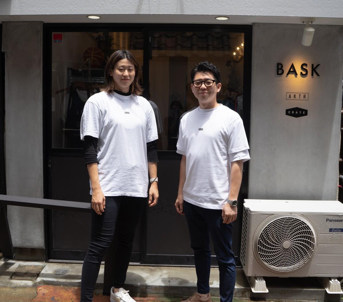 (左から)バスケットボール選手の加藤夕貴さんと、店主の朽木敬之さん