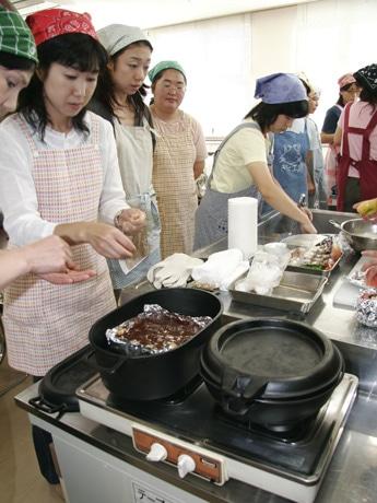 和気あいあいの和やかなムードの中でダッチオーブンの料理に余念のない参加者たち