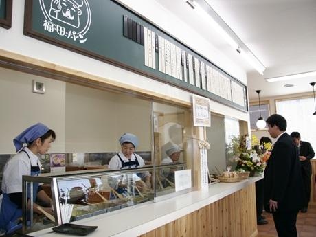カウンター越しに注文を受けた店員がリズミカルにパンに具を塗っていく。盛岡市民なら誰もが知る光景