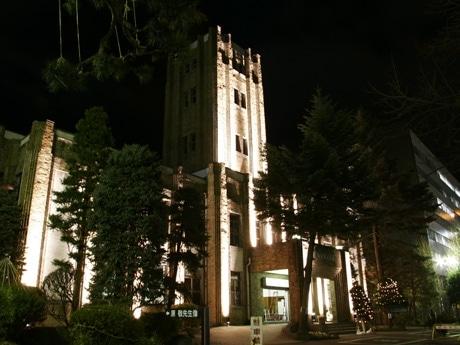夕方から21時までライトアップされた岩手県公会堂