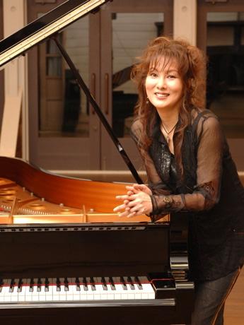 岩手県公会堂でピアニストの佐山雅弘さんと共演する国府弘子さん。今年、アルバムデビュー20周年を迎える