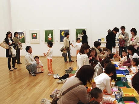 子どもの活気でにぎわう県立美術館。会場の一部ではミッフィーの貼り絵体験ができる