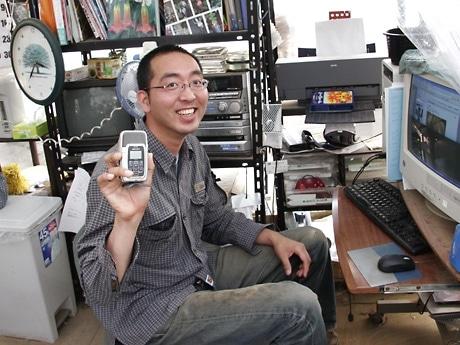 「ビール会社の営業マンがやっていると思われている」と話す山田さん。右手に持つのはメーカーから無料提供された高性能レコーダー。写真は紫波町の店舗で撮影