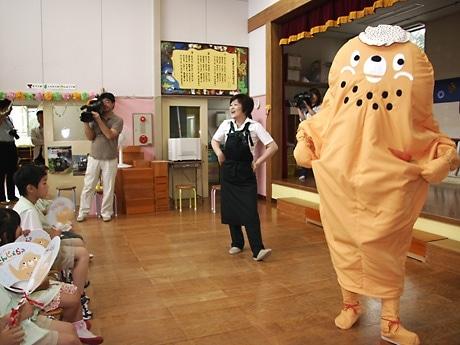 ナンブジェラリーノくんと一緒に歌う野菜ソムリエの小原薫さん