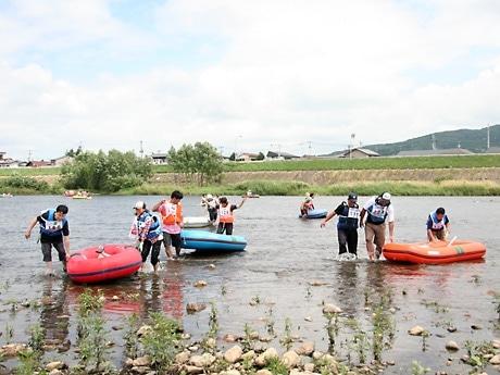 ゴール地点でゴムボートを引き上げる参加者たち
