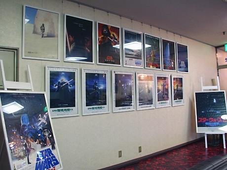 壁の一面を使って展示される「スター・ウォーズ」の歴代ポスター