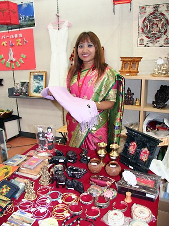 自ら民族衣装をまとって店頭に立つ代表の横田サンギタさん
