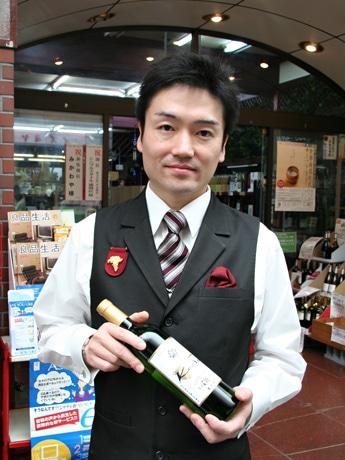 「kodo リースリング・リオン 2007(白)」を手にするワインソムリエの福井威人さん