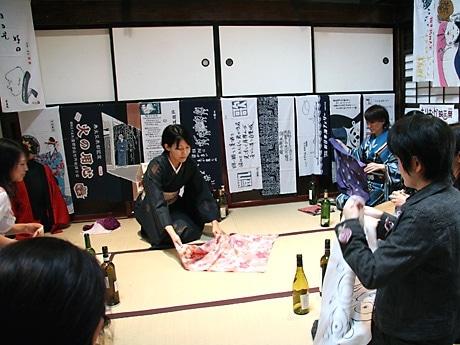 講師の高屋さんを囲んで行われた「風呂敷包み講座」。受講した女性は、どのように包みができあがるのか興味津々の様子