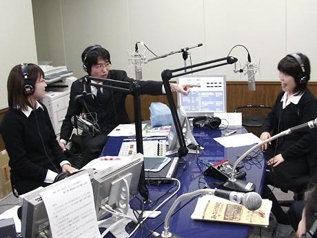 エフエム岩手で行われた番組の収録風景。明内さんの玄人はだしなトークが炸裂する。写真中央が明内さん、左が澤田さん、右が畠山さん