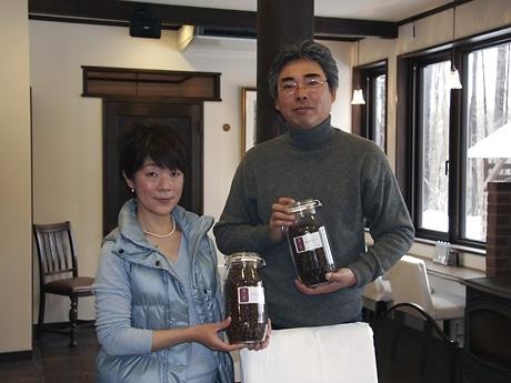 箱崎さん夫妻。写真右が光良さん、左がみきさん。