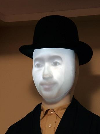 プロジェクター付き内蔵マネキンに投影された「仮想賢治」の顔