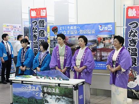 JR盛岡駅の北口にある新幹線改札で出迎える女将たち。もちろん「和服姿」