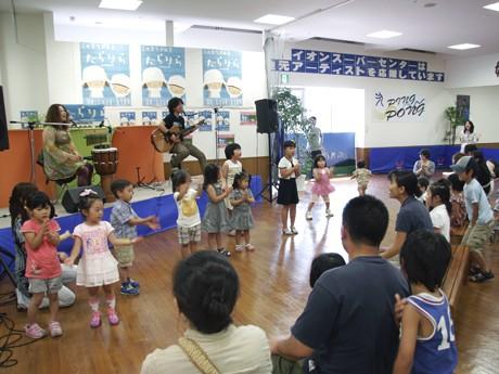 ミニコンサートの会場では、子どもたちの踊る姿も