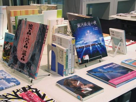 展示される宮澤賢治の作品と関連図書