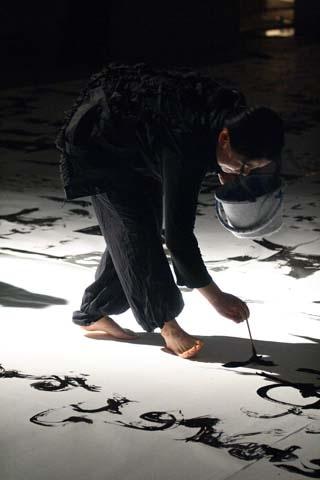 書のパフォーマンスをする沢村さん。2007年に岩手県立美術館で行われたReading Flash 2007「動物哀歌」より
