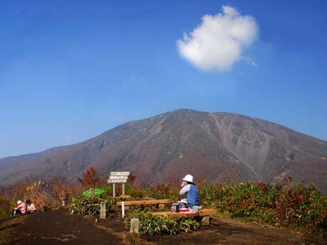 岩手山の裾野にある鞍掛山から見た岩手山