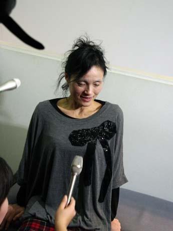 記録更新にチャレンジした後、記者団のインタビューに答える菅原初代さん