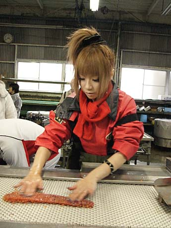 ハラコ作りにいそしむウギャルの吉田優さん。青森県在住で夫は漁師のせいか、手さばきが玄人はだし