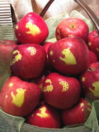 リンゴには「銀河鉄道の夜」など宮澤賢治の作品からモチーフを得たシルエットが施されている