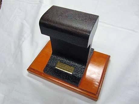 写真は10センチタイプ。木製のメモリアルプレートにはシリアルナンバーが刻まれる