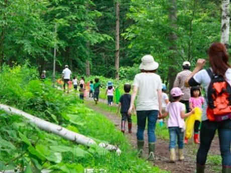 森の中へカブトムシ採集に向かう参加者たち