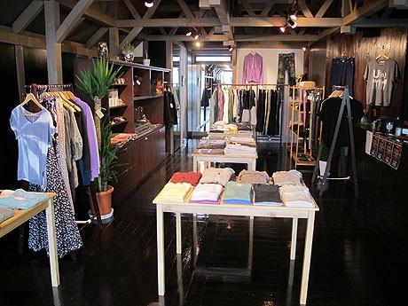落ち着いた店内にはシンプルで着心地のいい服をそろえる
